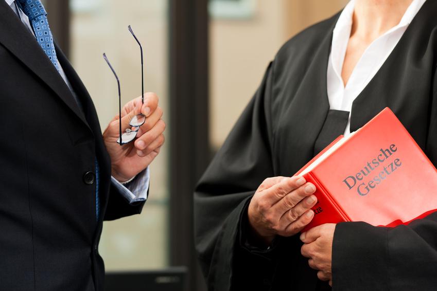 Anwalt für Steuerrecht mit Deutschem Gesetzbuch in der Hand